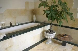 Badkamer Met Natuursteen : Badkamer van natuursteen met inloopdouche en vrijstaand bad